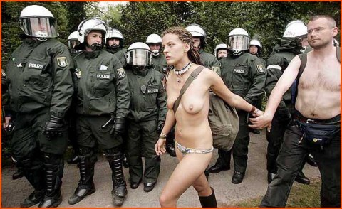 polizei topless woman